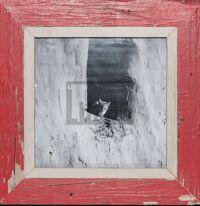 Roter, quadratischer Bilderrahmen aus alten Holzleisten
