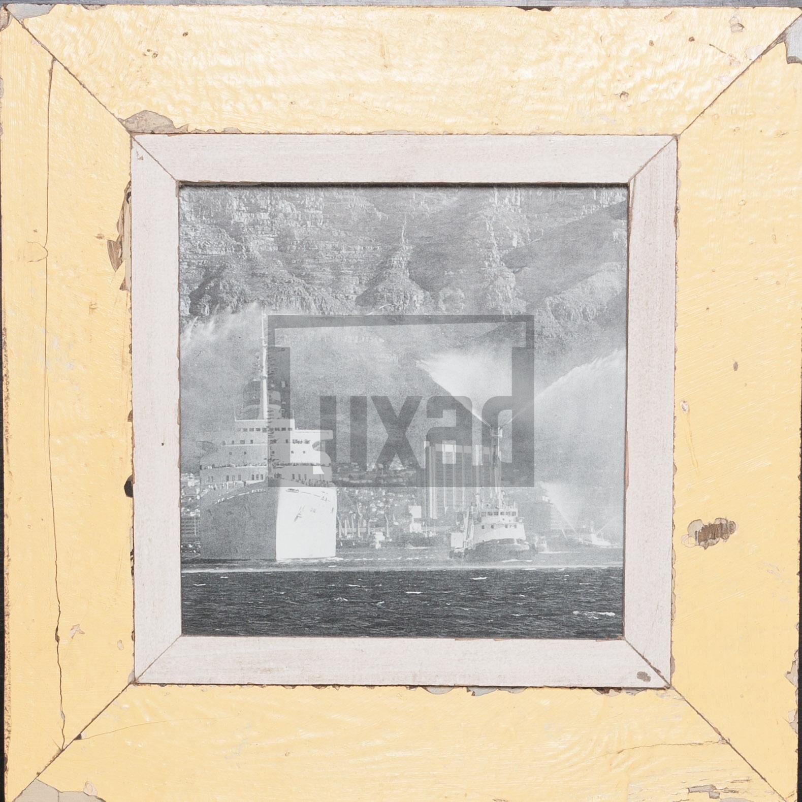 Gelber, quadratischer Bilderrahmen aus alten Holzleisten für dein Lieblingsfoto
