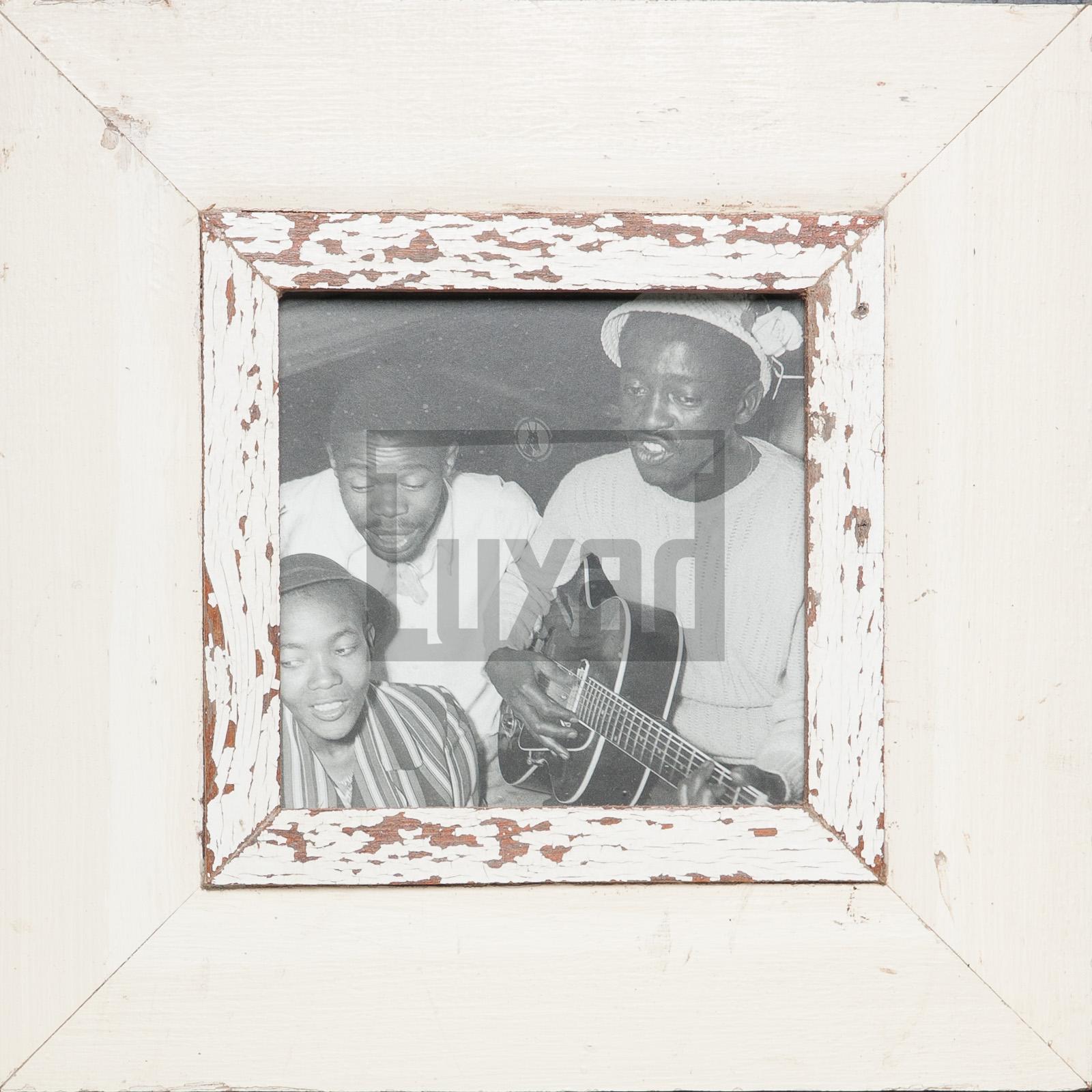 Quadratischer Bilderrahmen aus alten Holzleisten für quadratische Fotos